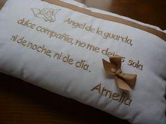 Precioso cojín en pique con bordados en camel con la inscripción del ángel de la guarda, personalizado para la preciosa Amelia.