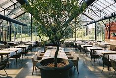 Restaurant 'De Kas' in Amsterdam, located in a former greenhouse Atrium Restaurant, Cafe Restaurant, Greenhouse Restaurant, Greenhouse Cafe, Amsterdam Restaurant, Outdoor Restaurant, Resturant Interior, Restaurant Interior Design, Outdoor Cafe