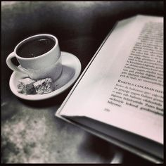 Чашка вкусного свежего кофе за хорошей книгой