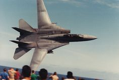In 1988 a naval aviator performed a remarkable flyby with his Tomcat The stunning image in this post will probably remind our readers the famous scene of Top Gun (when Maverick buzzes the towe… Military Jets, Military Aircraft, Fighter Aircraft, Fighter Jets, Uss America, Fun Fly, Plane Photos, Aircraft Photos, F14 Tomcat