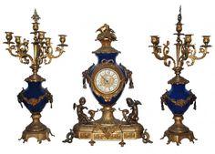 Belíssima Garniture Italiana p/ lareira - estilo Luís XVI - em bronze dourado, cinzelado e patinado, bojos em porcelana azul cobalto apresentando Relógio e par de Candelabros para 05 velas. Alt.  63  58  63 cm.