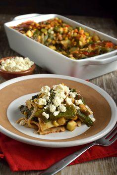 La lasagna azteca es un híbrido entre la comida mexicana y la gastronomía italiana. Es una lasaña rellena de chile poblano y calabacitas; es una mezcla de dos tipos de gastronomías, que te aseguramos que te va a encantar.