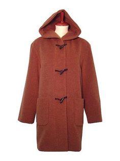 Roter Kapuzen #Damenmantel, #Alpakawolle. In allen Größen lieferbar. Feinste Alpakawolle gibt Ihnen ein wohlig warmes und kuschlig weiches Tragegefühl. Alpakawolle ist wie Kaschmir eine der edelsten Wollsorten der Welt.