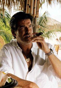 Pierce Brosnan enjoys his Premium luxury beach weekend holiday - - Estilo James Bond, Cavo Tagoo Mykonos, Pierce Brosnan, Hommes Sexy, Gentleman Style, Old Movies, Good Looking Men, Stylish Men, Cigars