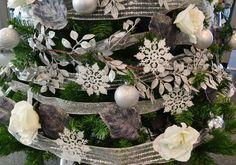 Personalizamos un árbol de navidad en plata y blanco, para la sede central en Barcelona de esta empresa multinacional
