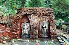 Terletak di wilayah dusun Belahan, Desa Wonosonyo, Kec. Gempol, Kab. Pasuruan, Jawa timur. Patung Dewi Laksmi mengalir air melalui tetek (kedua puting susu) yang ditampung pada sebuah kolam berukuran kurang lebih 6 X 4 meter di depan / bawah patung tersebut. Candi ini merupakan sisa peninggalan Kerajaan Majapahit. Candi ini merupakan salah satu dari sekitar 80 bangunan candi kecil yang ditemukan di seputaran Gunung Penanggungan, yang merupakan pakunya Pulau Jawa.