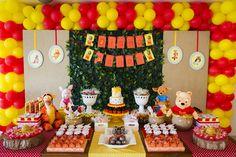 Festa ideal de Pooh, delicada e muito colorida.  Todas as fotos dos detalhes fazendo click aqui http://babies.constancezahn.com/tag/ursinho-pooh/