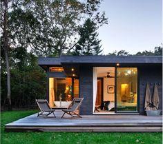 Esta maravilha é o resultado da reforma de uma casa construída em 1960, projetada pelo escritório Bates Masi Architects, para funcionar com...