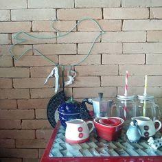 Novidade chez moi: pássaro cabide que reúne abridores perto do frigobar  #decor #homesweethome #saladeestar