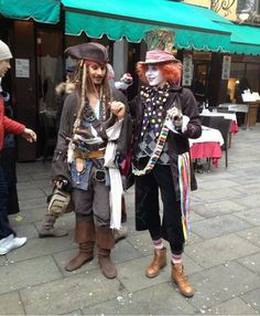 Captain Jack Sparrow meets the Mad Hatter. It'd be nice to see this in real life. The Jack Sparrow ACTUALLY looks like Johnny Depp! Mad Hatter Cosplay, Captain Jack Sparrow, Cosplay Anime, Disney Cosplay, Funny Disney Memes, Funny Relatable Memes, Amazing Cosplay, Best Cosplay, Halloween Cosplay