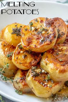 These gorgeous, golden, oven-roasted Melting Potatoes soaked in chicken stock are so tender, they really do melt in your mouth. potato al horno asadas fritas recetas diet diet plan diet recipes recipes Side Dish Recipes, Vegetable Recipes, Vegetarian Recipes, Cooking Recipes, Healthy Recipes, Seafood Recipes, Recipes Dinner, Appetizer Recipes, Low Carb Recipes