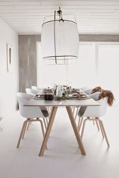 northernmoments: HAY perfection! I want those chairs for my diningroom as well From the home of Vibeke http://www.nordika.mx/aac22-roble-jabon-polipropileno-blanco.htm