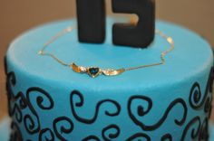 essa foto é do colar que meu irmão  e meu príncipe   me deram  colocado em cima do  bolo