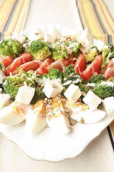 Sałatka - brokuły + jajka + pomidory + feta + słonecznik + sos czosnkowy Clean Recipes, Organic Recipes, Cooking Recipes, Healthy Recipes, Good Food, Yummy Food, Easy Salads, Tasty Dishes, Food Pictures