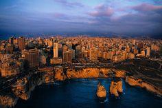 YannArthusBertrand2.org - Fond d écran gratuit à télécharger    Download free wallpaper - Vue de Beyrouth derrière la Grotte aux Pigeons (Raouché), Liban (33°53' N - 35°30' E).