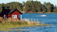Sjöbod vid strandkant i Blidösundet, Stockholms Skärgård.