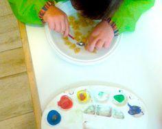 Una nuova attività in Giochi0-3!  Un modo per coinvolgere i bambini più grandi nel creare un gioco per quelli più piccoli. #giochi03 #bottigliettesonore #dipingerelapasta  http://www.vitazerotre.com/2015/10/creiamo-un-gioco-per-gli-amici-piu.html
