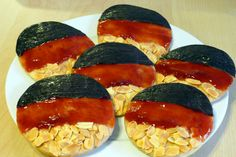Dekorierte Amerikaner in schwarz-rot-gold European Cup, Diy Fan, Cupcakes, Gold Party, Creative Food, No Bake Cake, Allrecipes, Kids Meals, Whole Food Recipes