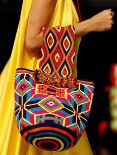 Bolso con motivos étnicos al crochet