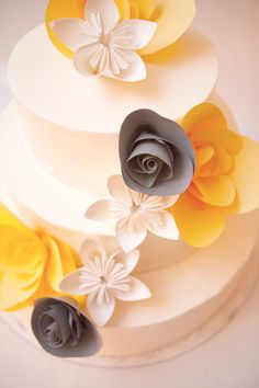 these are the colors that i want for my wedding:) paper flowers on the cake Gorgeous Cakes, Pretty Cakes, Cute Cakes, Fancy Cakes, Amazing Cakes, Cake Original, Mellow Yellow, Gray Yellow, Yellow Theme
