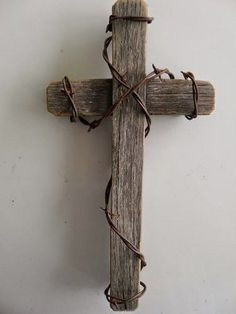 Pallet Projects : Pallet Cross With Barbed Wire - Wall Decor Barn Wood Crafts, Barn Wood Projects, Pallet Projects, Wooden Cross Crafts, Barn Wood Decor, Wooden Pallet Crafts, Rustic Decor, Wooden Crosses, Wall Crosses