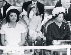 The first lady Jackie Kennedy with her daughter Caroline Kennedy and the queen Elizabeth II. Caroline Kennedy, Jacqueline Kennedy Onassis, John Kennedy, Estilo Jackie Kennedy, Les Kennedy, Jaqueline Kennedy, Lee Radziwill, Reign, Familia Kennedy