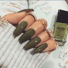 O verde militar agora volta com tudo, Vale a pena investir em um frasco:  http://guiame.com.br/vida-estilo/moda-e-beleza/4-cores-de-esmalte-que-sao-cara-do-outono.html
