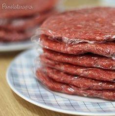 """Hamburger é uma das coisas que não consigo comprar osindustrializados. Acho muito ruim, embora agora existam versões """"gourmet"""", mas, os mais populares eu não curto. Por isso aqui em ca… Meat Recipes, Cooking Recipes, Confort Food, Salty Foods, Love Food, Food To Make, Food Porn, Food And Drink, Yummy Food"""