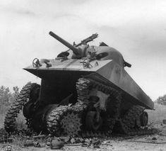 Direct hit on a Sherman tank, front armor ripped by the ammunition blast.Okinawa battle.1945. Direct Hit sur un char Sherman, blindage avant déchiré par les munitions blast.Okinawa battle.1945