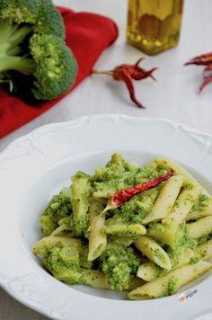 Questa Pasta con Broccoli è veramente irresistibile... molto facile da preparare e gustosissima! #pasta #pastafoodrecipes #broccoli #ricette #recipes #vegan #sicilia #sicily Easy Smoothie Recipes, Diet Recipes, Healthy Recipes, Pasta E Broccoli, Clean Eating Snacks, Healthy Snacks, Food And Drink, Cooking, Pesto