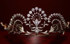 A gorgeous, 1904 diamond tiara. Designed as undulating sprays of diamonds radiating out from floral motifs either side of a larger central diamond spray. Royal Crowns, Royal Tiaras, Tiaras And Crowns, Gold Tiara, Diamond Tiara, Edwardian Jewelry, Antique Jewelry, Princess Tiara, Royal Jewelry