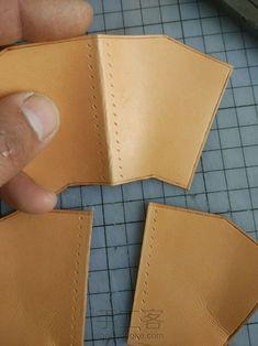 拉链手包 第11步 Leather Wallet Pattern, Sewing Leather, Leather Craft, Leather Accessories, Leather Jewelry, Diy Bags No Sew, Leather Working Patterns, Minimalist Leather Wallet, Pencil Bags