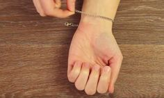 Ook altijd aan het prutsen met een armbandje? Met DEZE truc heb je 'm zo om!