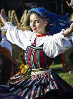 Regional costumes of Poland: Opoczno. Culture Clothing, Folk Clothing, Historical Clothing, Polish Clothing, Polish People, Polish Folk Art, Costumes Around The World, Folk Dance, Folk Fashion