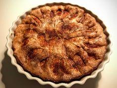 Farmors opskrift på den klassiske æblekage strøet med sukker og kanel på toppen. En hurtig og altid vellykket kage, hvis du får uventede gæster...
