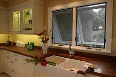 Janela Projetante Como o próprio nome diz é o tipo de janela que se projeta para dentro ou para fora do ambiente e a folha e fixa na parte superior. Permitem o deslocamento do ar com eficiência e são indicadas para ambientes reduzidos. Um modelo muito escolhido para cozinhas, áreas de serviço e banheiros. Podem ser encontradas em diversos matérias como madeira, blindex e alumínio. A cozinha acima possui a janela de estilo projetante com tela de proteção posicionada acima da bancada da pia.