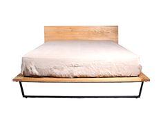 美しく力強い木目が特徴のオーク無垢材を使用したベッドフレーム。モダンに仕上げられた逆台形状の脚部が、ベッドフレームの重量感を和らげます。ナチュラルで明るい風合いは自然とお部屋に溶け込み、心地良いベッドルームを演出。床板は通気性の良さが特徴のスノコ仕様で…