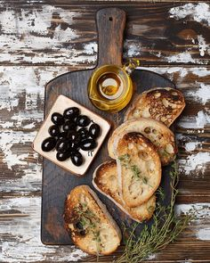 Vintage wooden cutting board with ciabatta bread slices, olive oil, olives and t. Tapas, Ciabatta, Aesthetic Food, Food Presentation, Food Pictures, Food Styling, Food Inspiration, Love Food, Food Porn