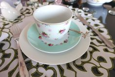 Jogo de xícaras de chá e píres delicado e romântico com estampa de flores e verde Tiffany's.