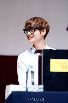 Minho looking to the right! How adorable! He looks cute wearing a glasses ❤