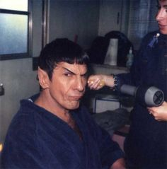 Leonard Nimoy getting his hair done by Silvia Abascal. Star Trek Series, Star Trek Original Series, Star Trek Enterprise, Star Trek Voyager, Vulcan Star Trek, Star Trek Tattoo, Star Trek Actors, Funny Photos Of People, Star Trek Starships