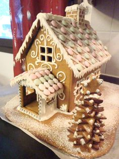 Piparkakkutalo - by Tanja -- sarja Easy Gingerbread House, Gingerbread Castle, How To Make Gingerbread, Cake Decorating Tutorials, Cookie Decorating, Grand Floridian Disney, Candy Factory, Candy House, Bakken