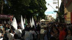 Bom público comparece ao Desfile Cívico de aniversário de Botucatu - Fotos Acontece Botucatu    Um bom público compareceu na manhã deste domingo, dia 09, para acompanhar otradicional Desfile Cívico em comemoração ao aniversário de Botucatu, que completa 162 anos no dia 14 de abril. O evento foi antecipado, pois o dia 14 de abril este ano cai na Sexta-Feira - http://acontecebotucatu.com.br/geral/bom-publico-comparece-ao-desfile-civico-de-aniversario-de-botucat