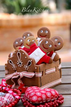 Gingerbread cookie box - great for christmas gift or treats Christmas Gingerbread House, Christmas Sweets, Christmas Cooking, Noel Christmas, Christmas Goodies, Gingerbread Man, All Things Christmas, Gingerbread Cookies, Simple Christmas