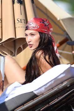Women Hairstyles Braids Ideas Bella Hadid Scarf Hairstyle Look Famous People With Autism, Bella Hadid Estilo, Maquillage Black, Model Tips, Bella Hadid Outfits, Hair Scarf Styles, Bandana Hairstyles, Mode Inspiration, Hair Looks