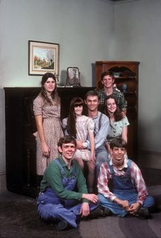 """The Waltons"" Ralph Waite (Dad, John), Judy Norton-Taylor (Mary Ellen), David W. Harper (James Robert, ""Jim Bob""), Kami Cotler (Elizabeth), Jon Walmsley (Jason), Mary Beth McDonough (Erin), Eric Scott (Ben) (Waltons, 1971-1979)"