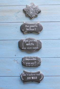 Make Your Own White Food Color Marker - This is a serious game changer! Make killer chalkboard cookies or add highlights to your cookies without painting! Cookie Icing, Royal Icing Cookies, Galletas Cookies, Sugar Cookies, Cake Decorating Tips, Cookie Decorating, Chalkboard Cake, Fondant, Cookie Designs