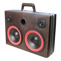 Lækker 2 vejs stereo højtaler bygget i en godt brugt cavalet kuffert. Super god lyd.  Spiller let en mindre stue op. Unika model.