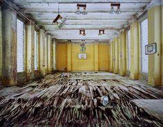 Ruínas de uma quadra de basquete em base militar em Brandenburgo, na Alemanha (2010) #photography
