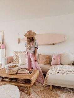 Loving this super feminine boho decor inspo! So fun and cozy! Surf Decor, Boho Decor, Surfboard Decor, Living Room Decor, Bedroom Decor, Decor Room, Living Rooms, Surf House, Classic Home Decor